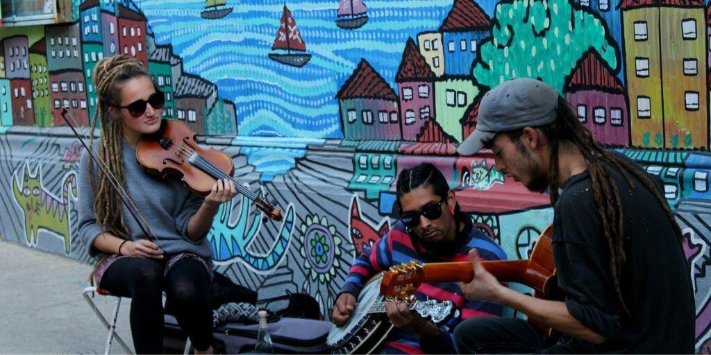 Músicos en el cerro Concepción - Bichito Viajero